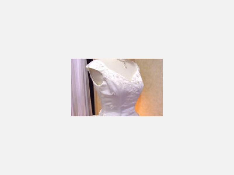 ニュアンスカラーの刺繍を織り込んだ清楚なdress