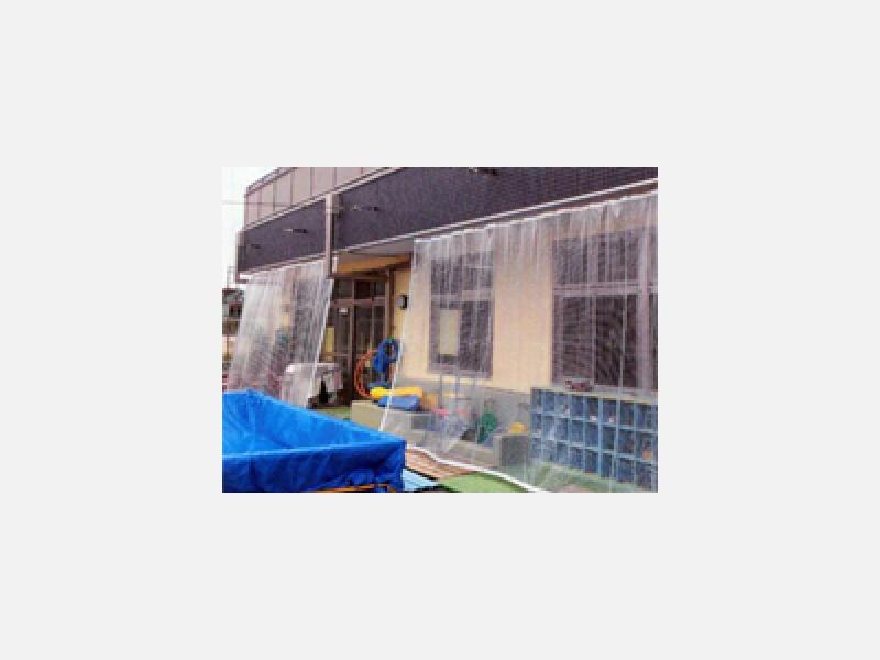 幼稚園の軒下に雨風除けシート