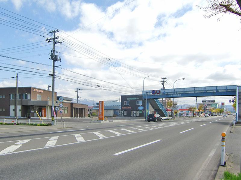 大野小前歩道橋横にあります