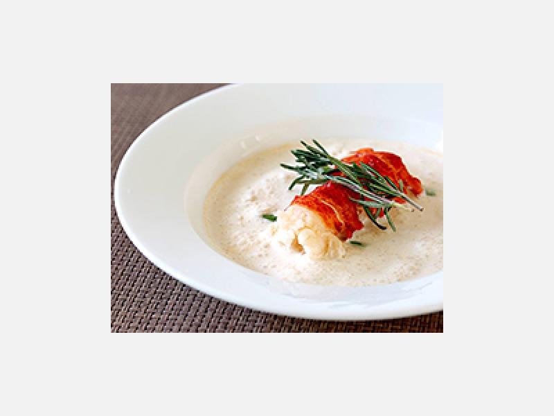 贅沢なオマール海老、カプチーノ仕立てのスープ