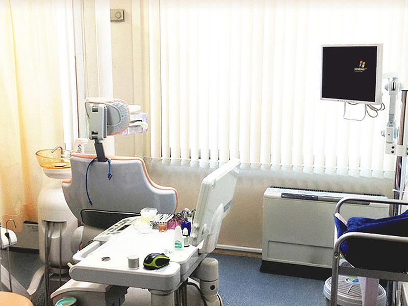 衛生的で設備の整った診察ユニット