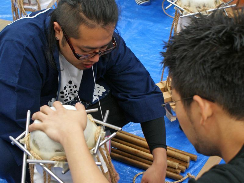 太鼓職人の指導のもと、和太鼓の皮張り体験