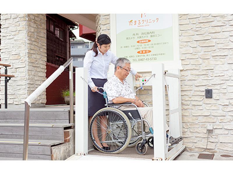 車いす用の昇降機があり、車いすの方も来院できます