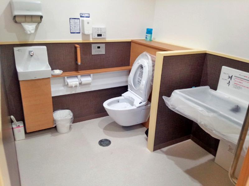 トイレは広く 車椅子用、ベビーベッド完備