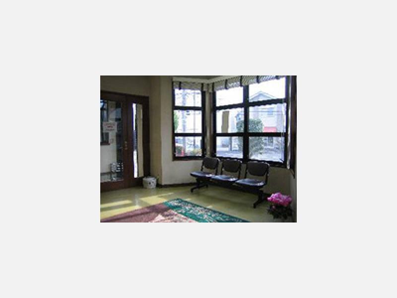 天窓と出窓からの自然光が入る明るい待合室