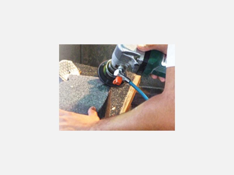 ダイヤモンド砥石で、職人によって丹念に磨かれます