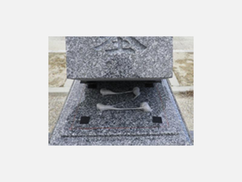 免震加工:石と石の接着面にプチルゴムを使用
