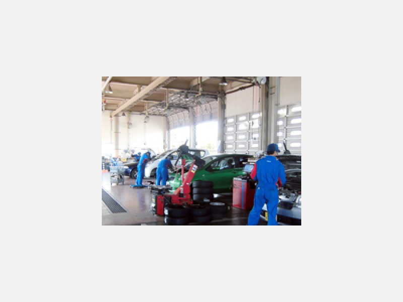 車検・鈑金塗装等の作業場。清潔・安全をモットーにしております