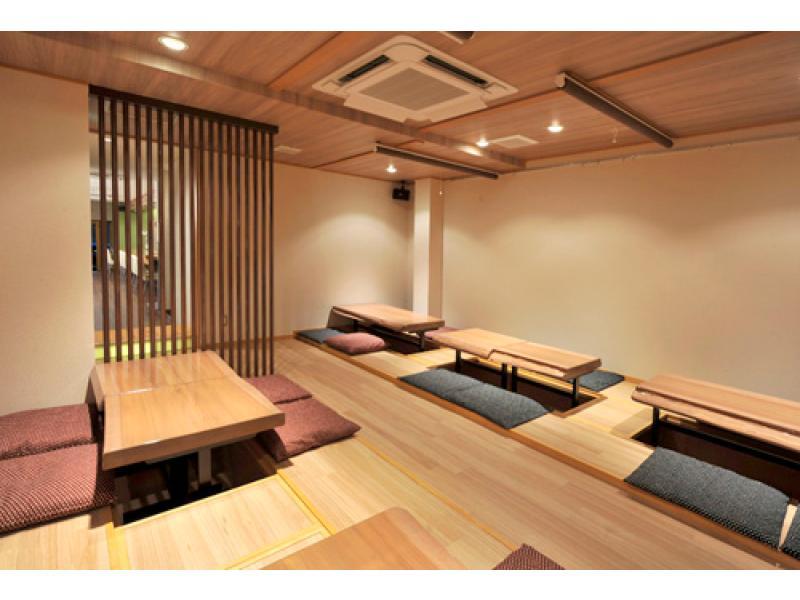 木材が際立つデザインのテーブルの座敷スペース