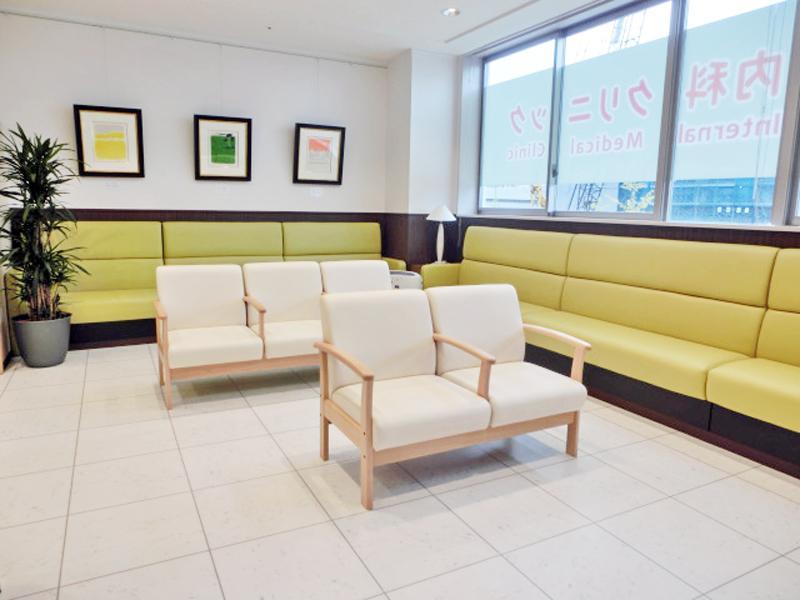 <待合室>明るく居心地よい空間で床暖房を採用