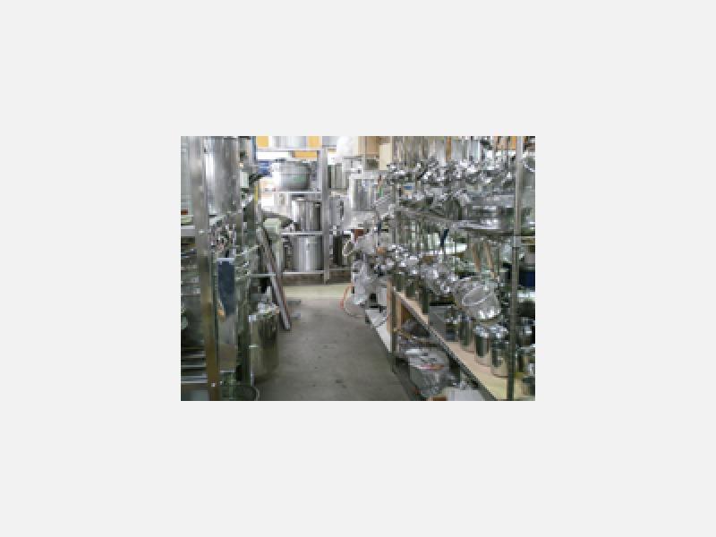 食器と小物も常時数千点の在庫があります。