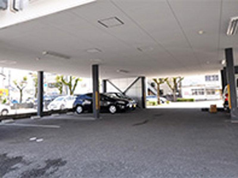 1階はすべて駐車場(12台駐車可能)