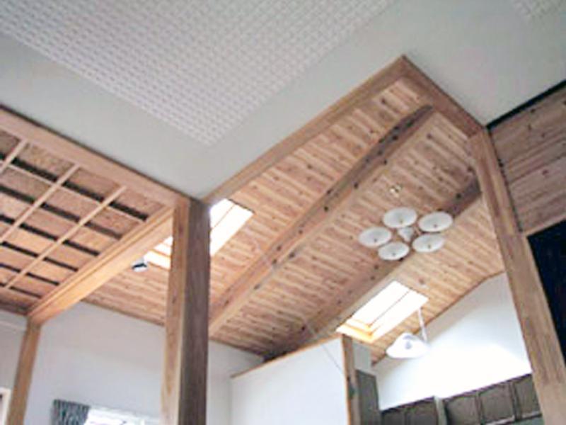 ≪五十嵐邸≫居間に天窓を取り付け採光しています