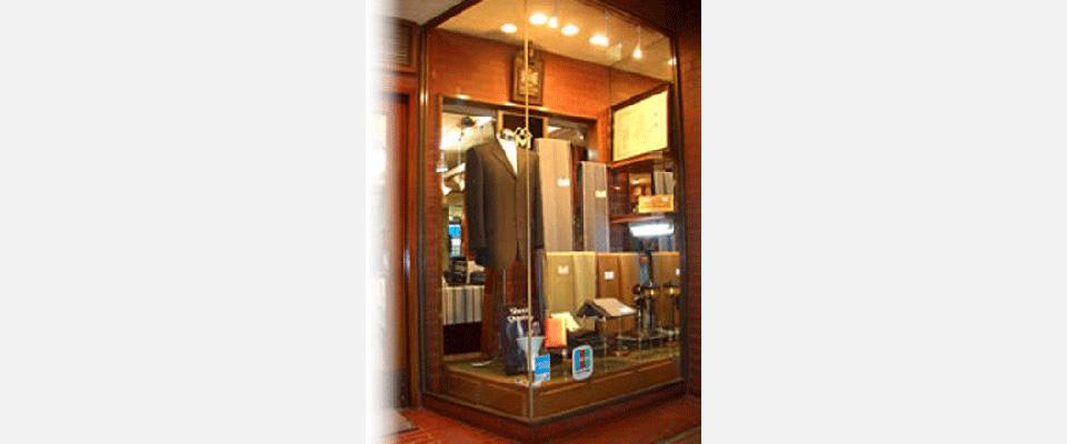 『三谷屋洋服店のショーウィンドウ』