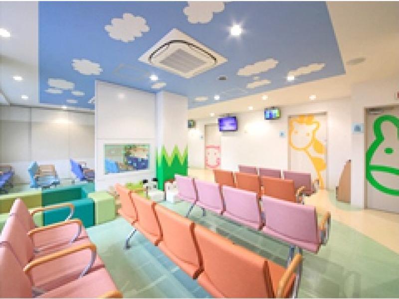 1F:小児科待合室(キッズコーナー・絵本の設置あります)