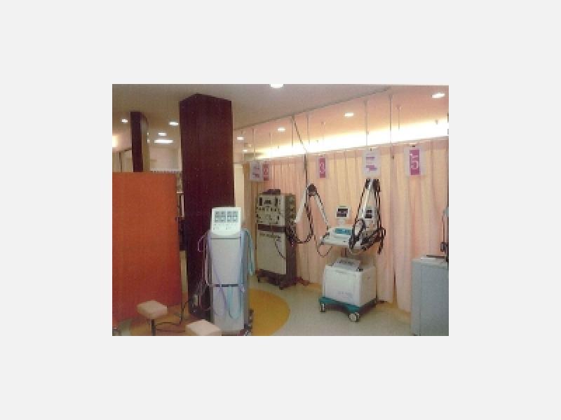 治療室とエコー検査機器、レーザー等