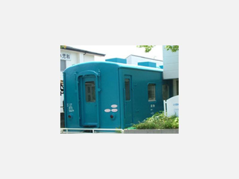 青い郵便車が目印