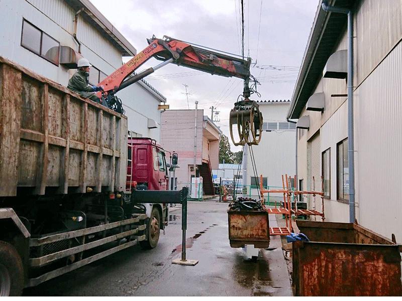 工場や解体現場から安全迅速に商品を搬出します。