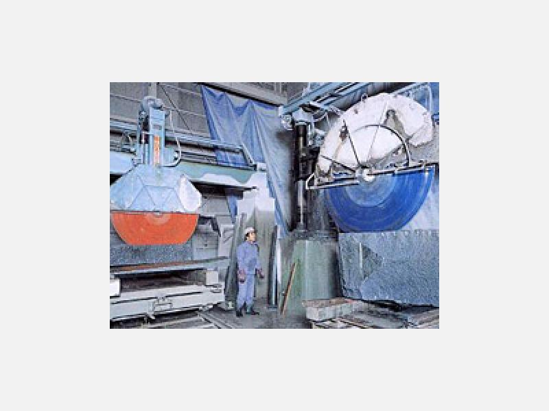 工場内の石材加工のためのダイヤ刃付きの切断機です。
