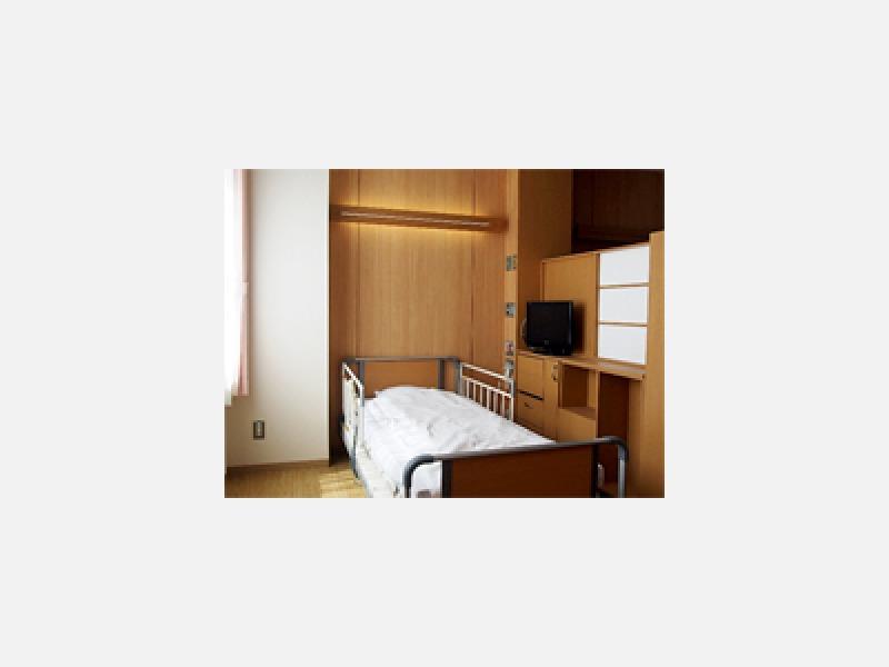 木目調の家具を使用した病室(多床室)