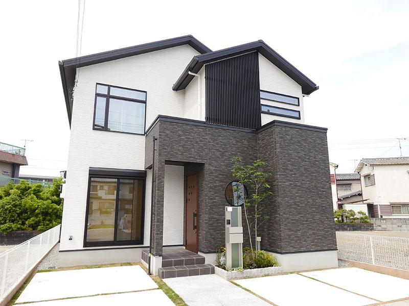 目を引く丸窓と黒格子デザインで和テイストを表現。