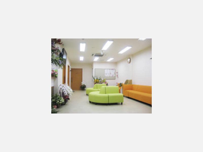 パステルカラーのソファのある待合室