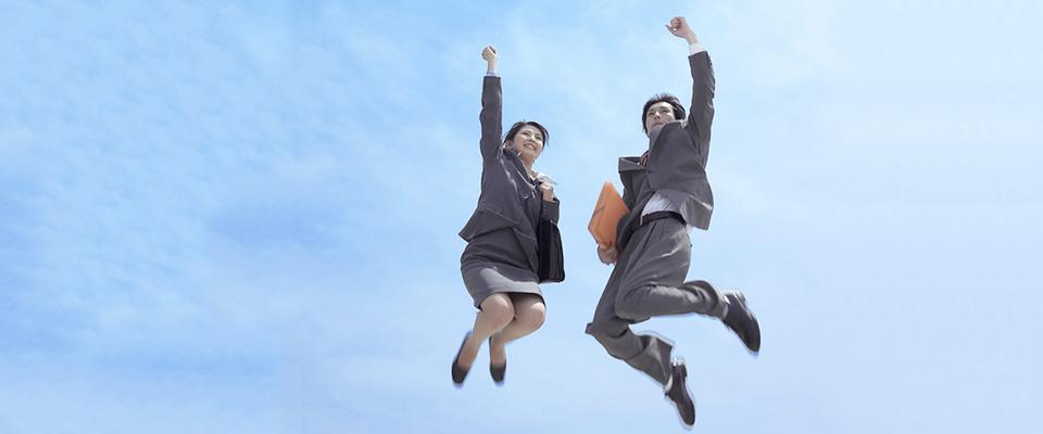 ジャンプする男女の画像