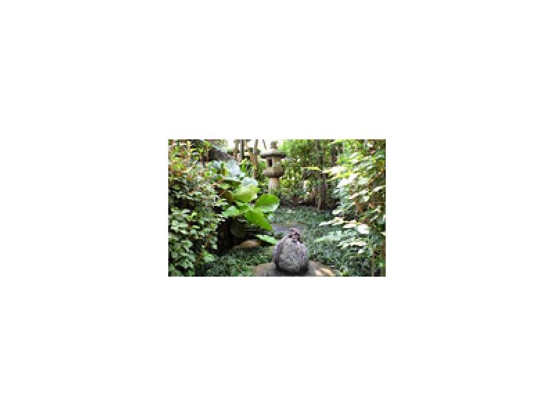 ■燈籠、石などを使用した落ち着いた和風の庭