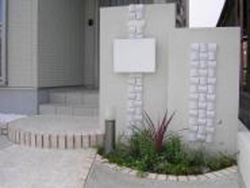 東海村 I邸/全体を白を基調とした門柱とアプローチ