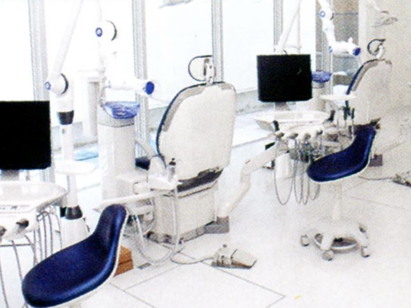明るく清潔な診察室