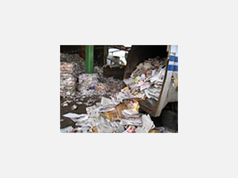 製紙工場に運んでリサイクル