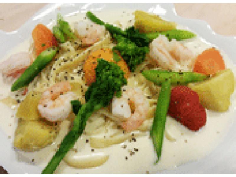 シーフードと彩り野菜のクリームパスタ