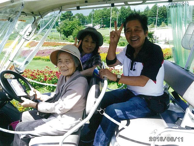 おばあちゃん、ハンドル握って運転ご機嫌
