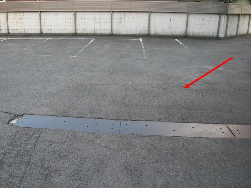 当院専用駐車場(矢印の方向からお車で入るようになります)