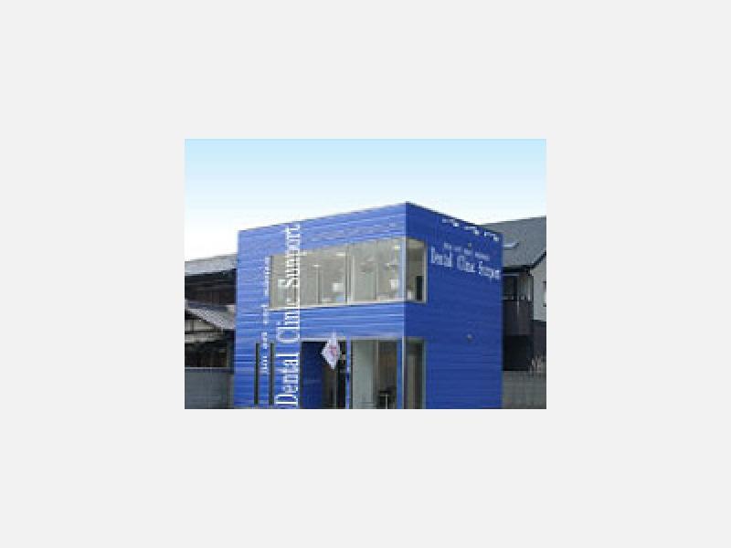 JR高松駅の西。瑠璃色の建物が目印です。