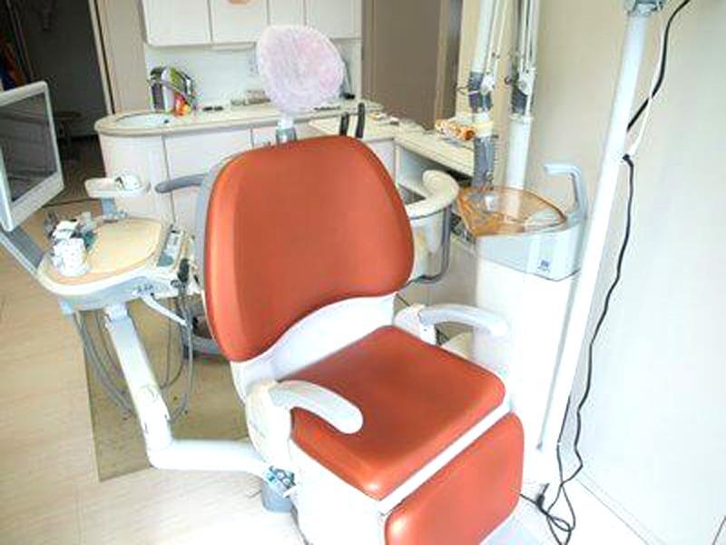 優しい色の診察椅子です。安心して治療に臨んで下さい。
