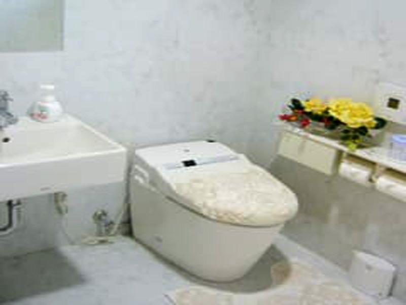 トイレは車椅子に対応しています。室内広々です。