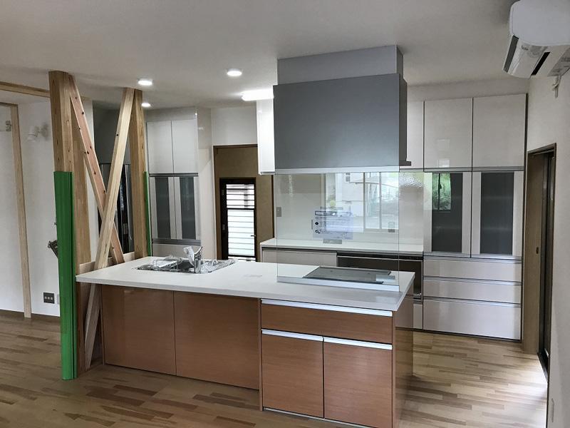 明るく機能的なアイランドキッチン 新しい空間を作るリフォーム
