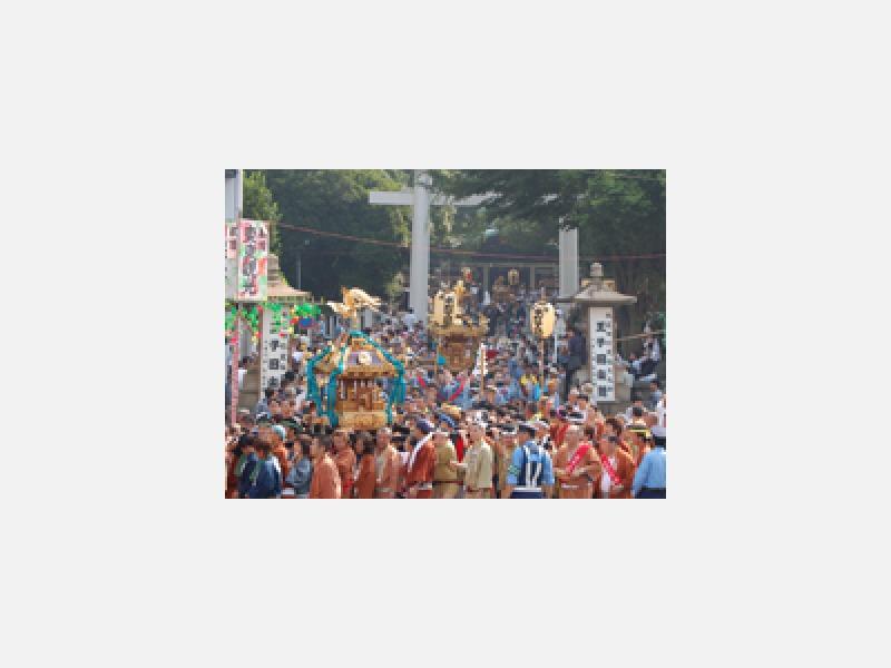 「連合神輿渡御」本祭に行われる神輿の大集合。