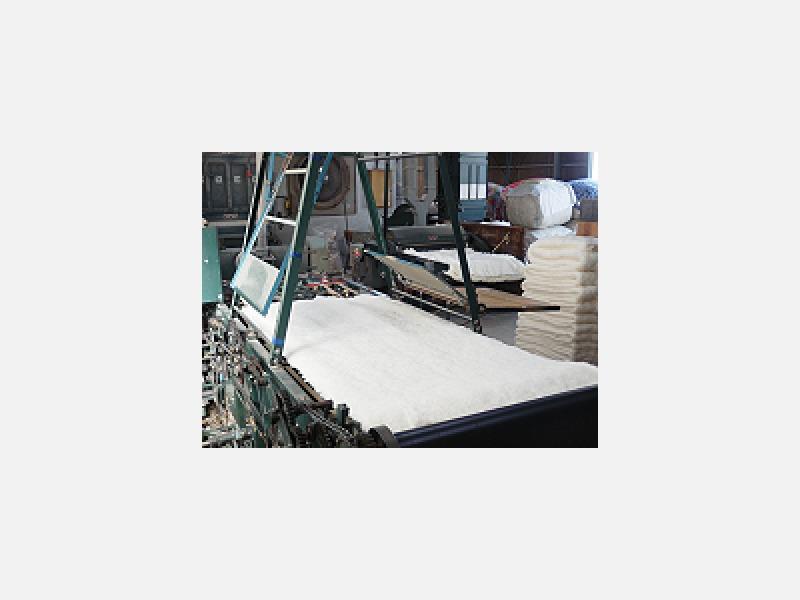 ふとんの中綿を製綿機で打ち直し、柔らかい綿にします
