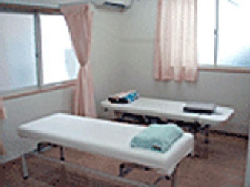 明るく清潔な治療室です
