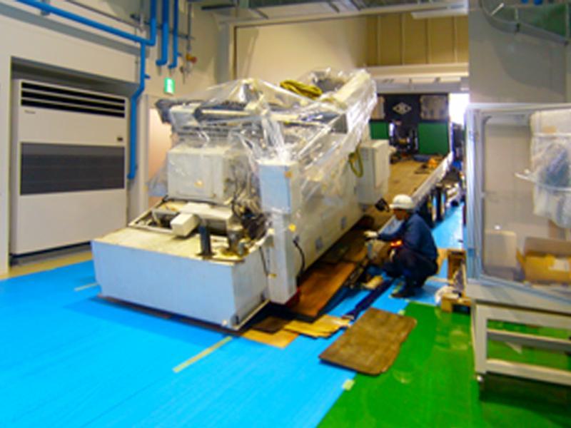 セフティローダーにて、機械のコロ曳き搬入作業
