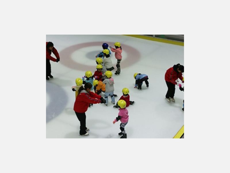 4歳から熟年層まで、各種スケート教室も開催中!