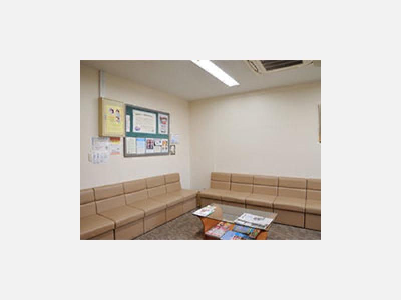 ▲広くゆったりした待合室:13人かけの椅子をご用意