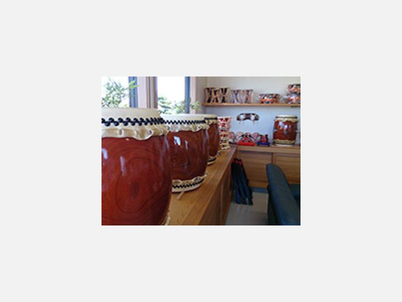 店内には、各種太鼓が展示してあります