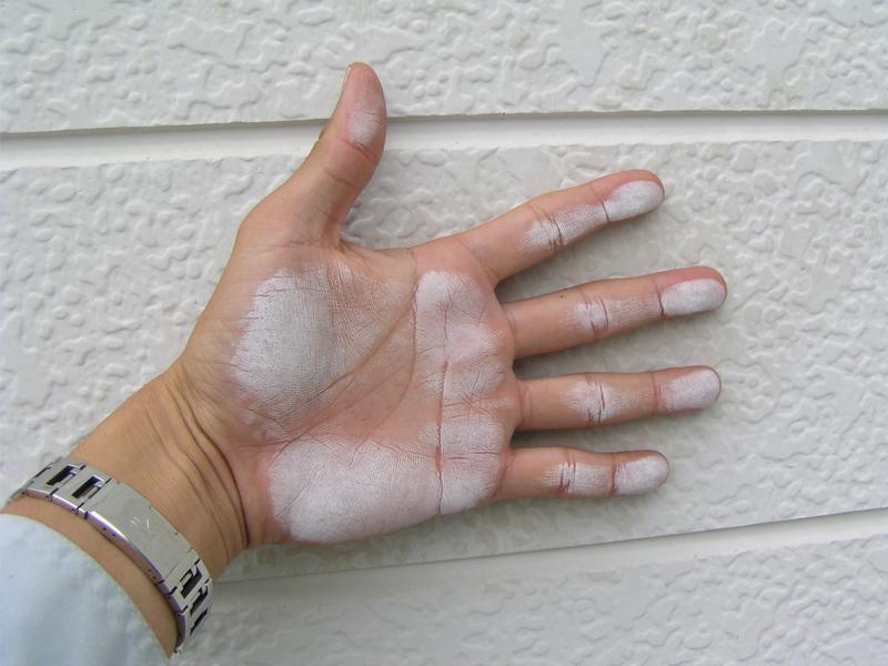 壁をさわって白い粉が付くのは塗膜の劣化サインです。