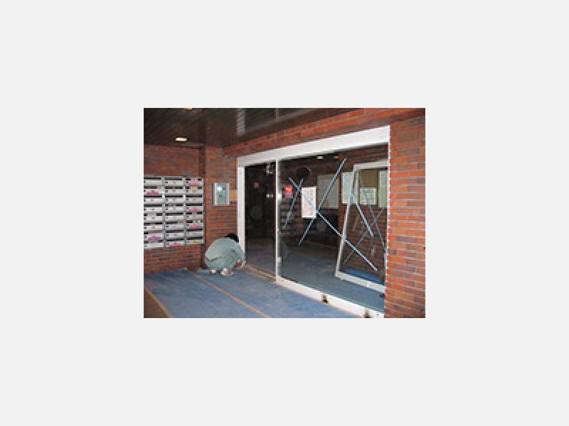集合住宅の自動ドア設置・サッシ取り付け(アルミ建材使用)