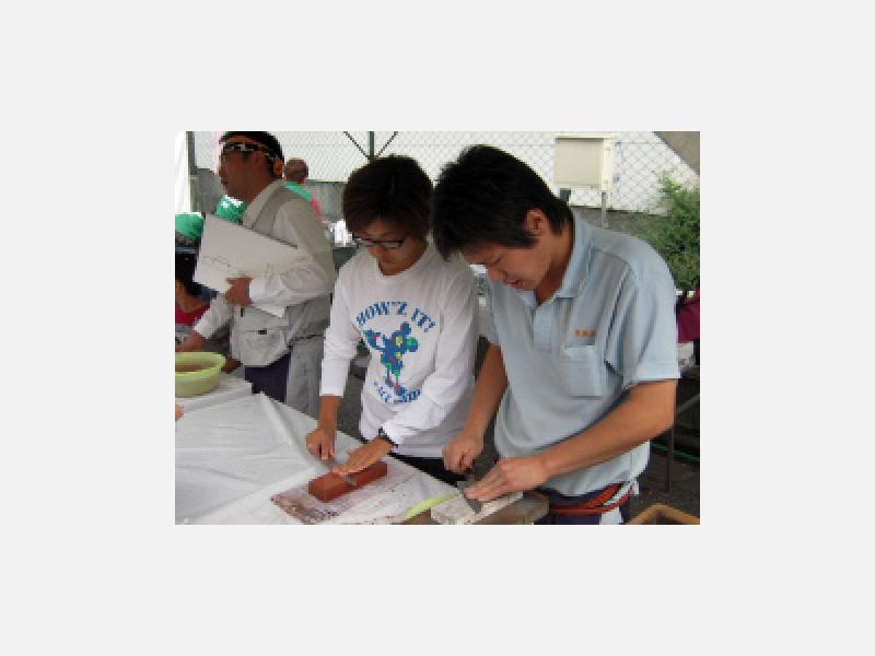築地のイベントでは包丁研ぎ体験の指導もしています