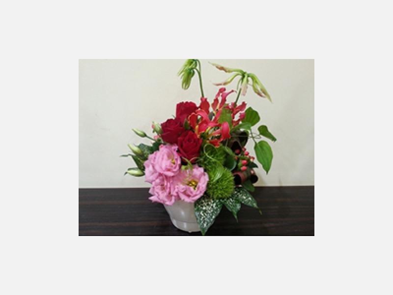 グロリオサと赤い花。開店のお祝いやお誕生日に。
