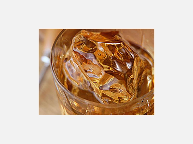 おいしいロックアイスを使うとお酒が一段とおいしくなりますよ♪